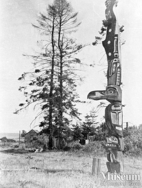 Quocksister family pole on Tyee Spit