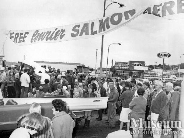 Crowd gathers for free Courier Salmon Derby